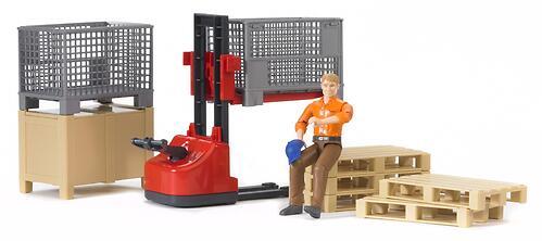 Механический складской погрузчик Bruder со складскими аксессуарами и фигуркой (3)